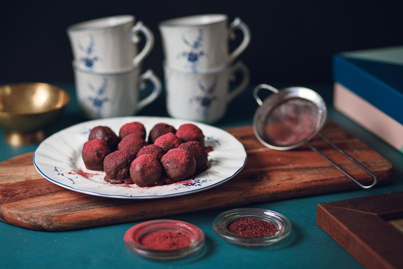Cashewbollar med lingonpulver